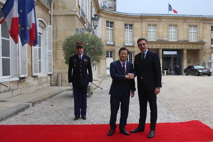 Deputy PM Trịnh Đình Dũng visits France