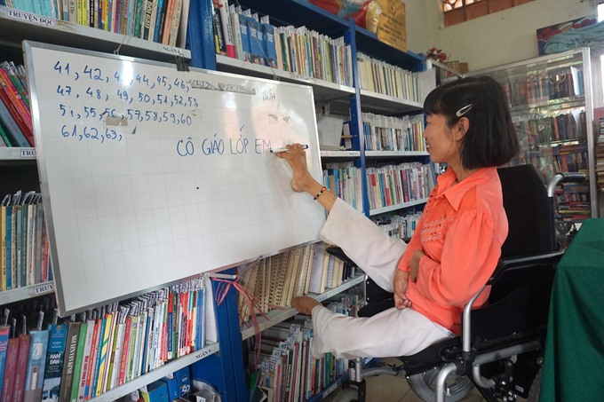 The special teacher who writes by foot