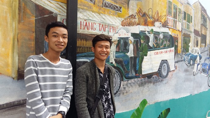 Painting team brighten up cafes in Đà Nẵng