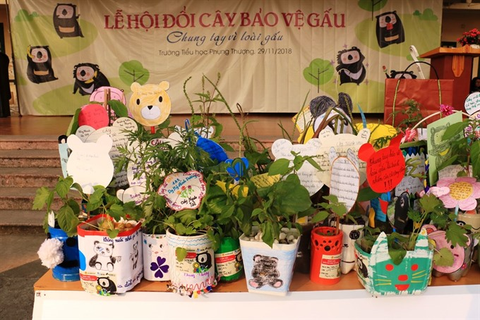 Animals Asia hands gifts to students who took part in bear protection contest