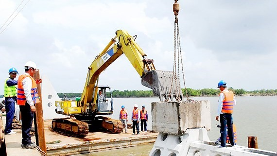 Cà Mau uses new material to build embankments at lower cost