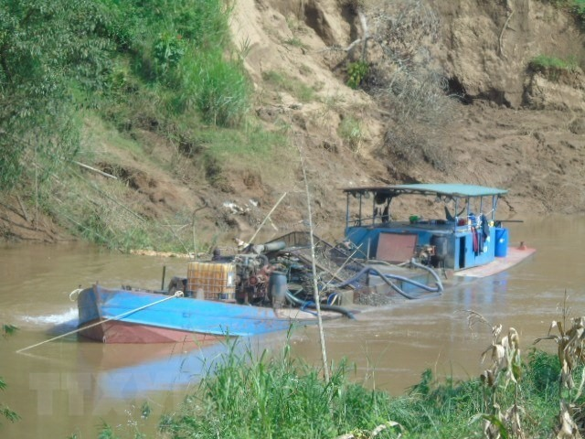 Illegal sand mining discovered along Đồng Nai River