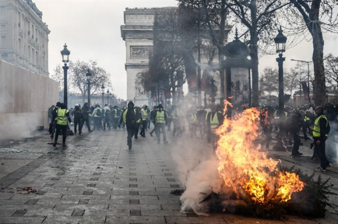 Macron to meet unions address nation seeking to end yellow vest crisis