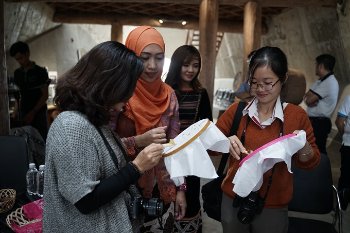 Indonesia Vietnamese artisans present traditional batik brocade art