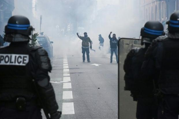 Paris shops monuments to close as fears of protest violence mount