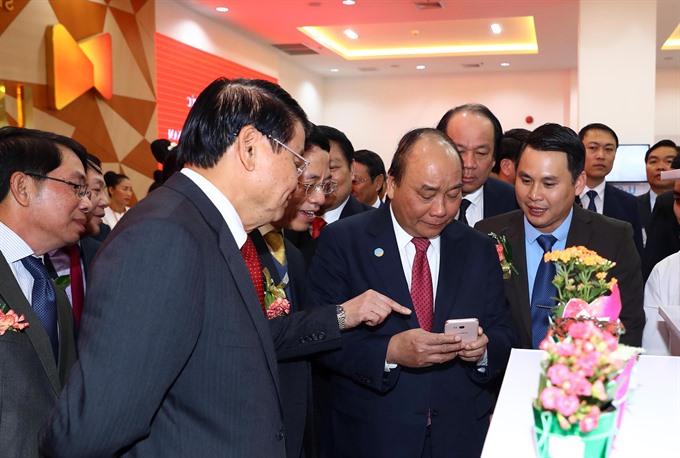 PM Phúc visits Star Telecom