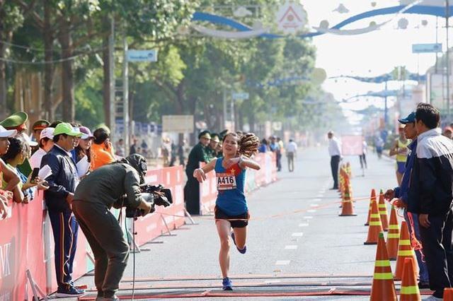 Anh Thoa win marathon events at Tiền Phong newspaper run