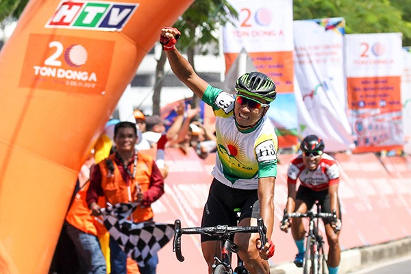 Tâm takes lead in HCM City cycling event