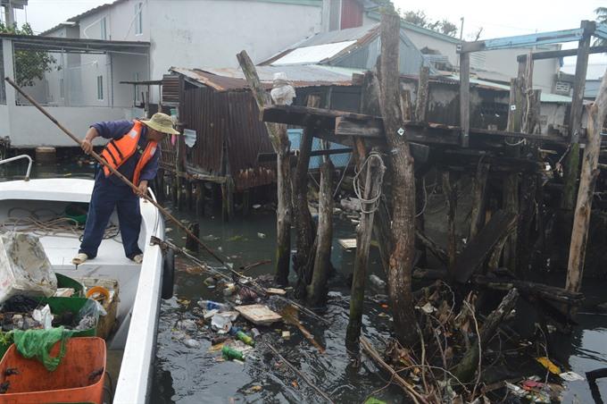 Dương Đông River polluted severely