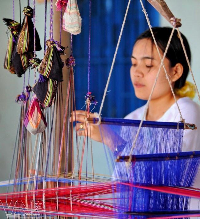 Ninh Thuận artisans restore old patterns on Chăm brocade