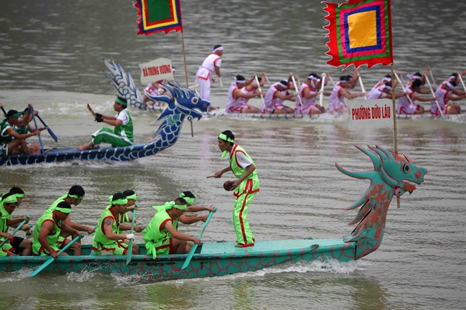 Traditional boat race livens temple festival