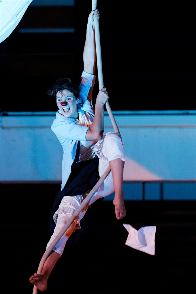 Contemporary circus show to calm audience