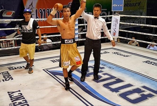 Boxer Thảo records 10th professional win