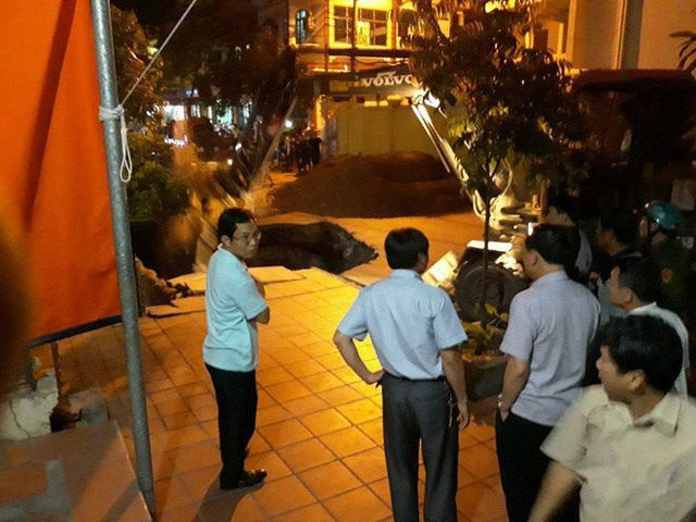 Man falls into sinkhole in Quảng Ninh rescued