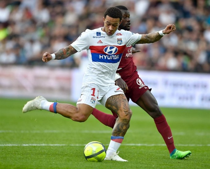 Depay stars again as Lyon leapfrog Marseille in Champions League race