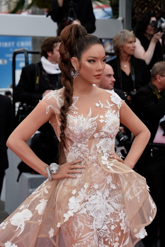 Vietnamese celebrity shows off fashion in Cannes