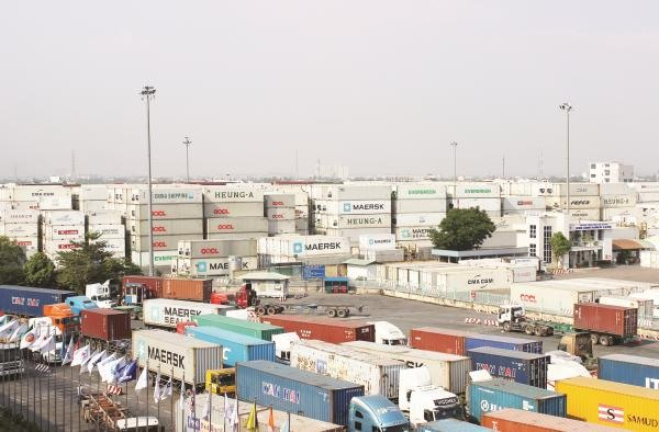 Thousands of scarp containers stored at Cát Lái Port threatening its production operation