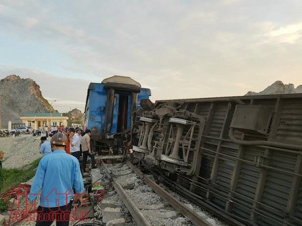 Train crashes into truck in central Việt Nam killing 2