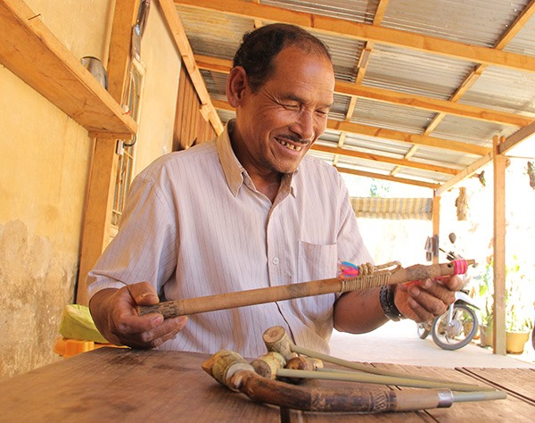 The last carving artisan of an ethnic tribe