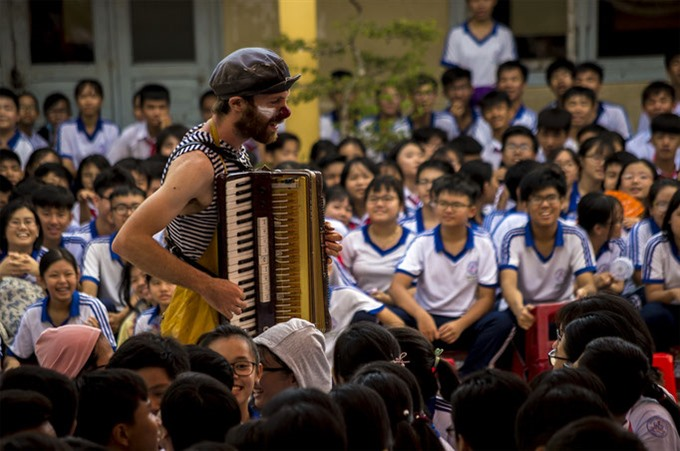 French clowns bring joy to Vietnamese kids