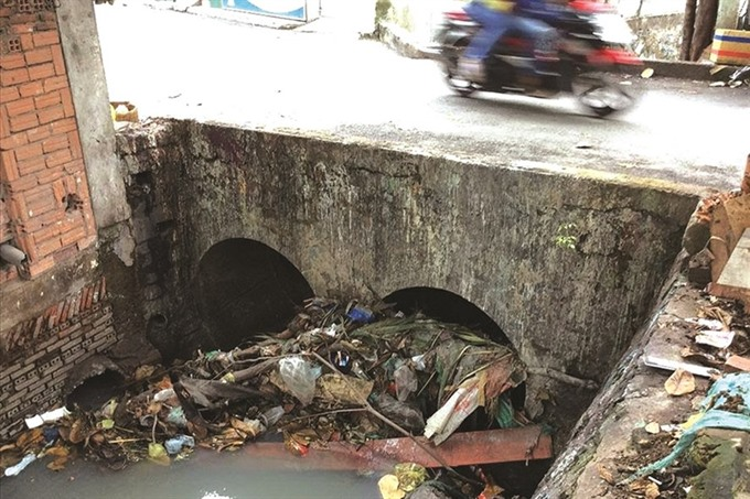 Litter in canals and sewers worsens floods in City