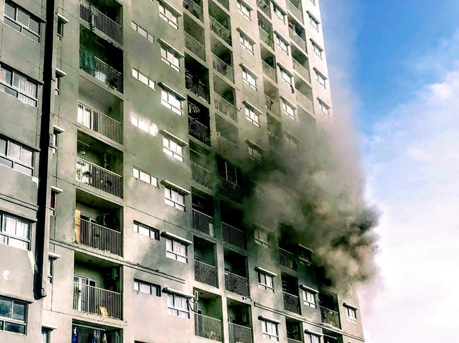 Fire hits apartment building in Gò Vấp District