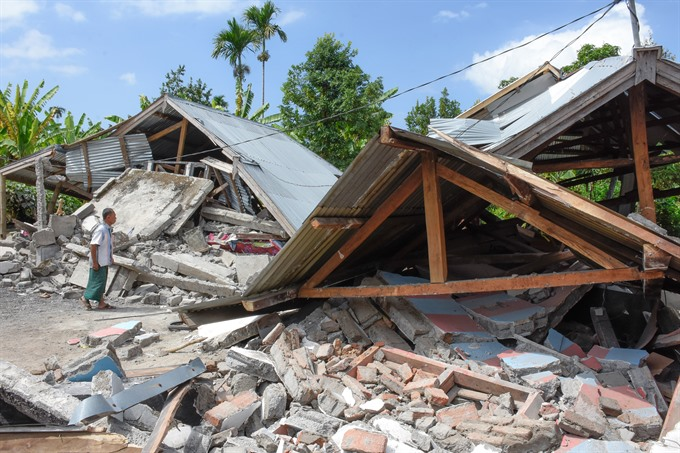 Strong quake kills 13 injures hundreds on Indonesia holiday island