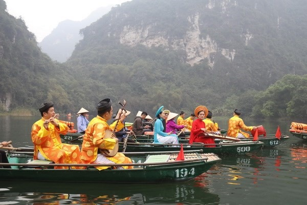 Boat tour boosts Tràng An tourism