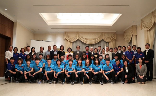 Việt Nams women leave for training camp in Japan