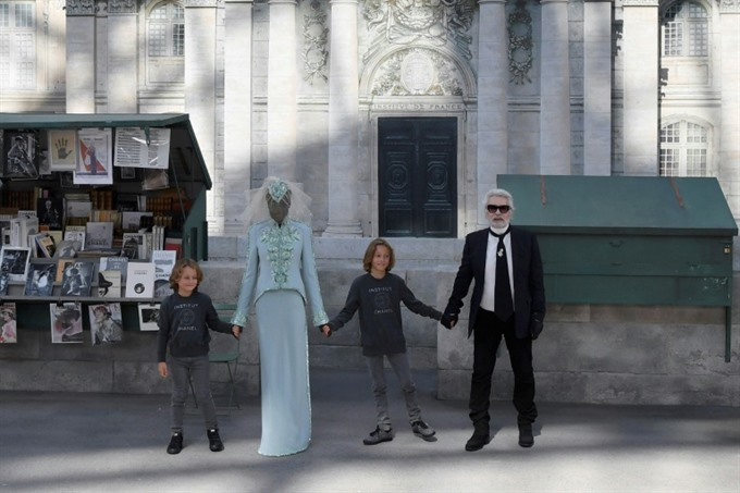 Lagerfeld reaches for immortality with Chanel Paris show