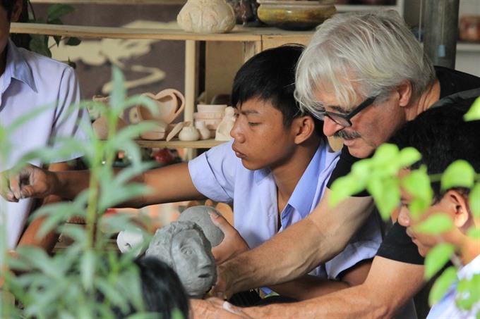 French artist helps Huế children