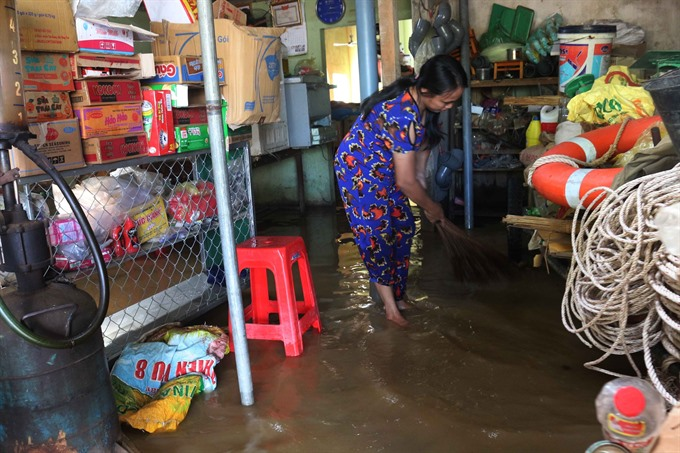 Floods isolate communes in Nghệ An