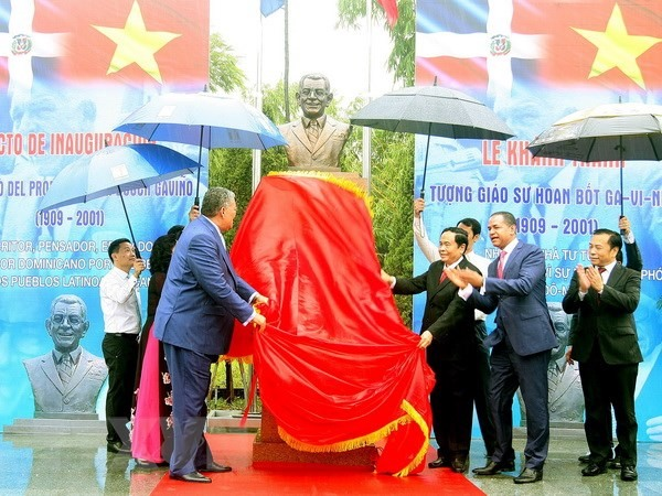 Bust of first Dominican President inaugurated in Hà Nội