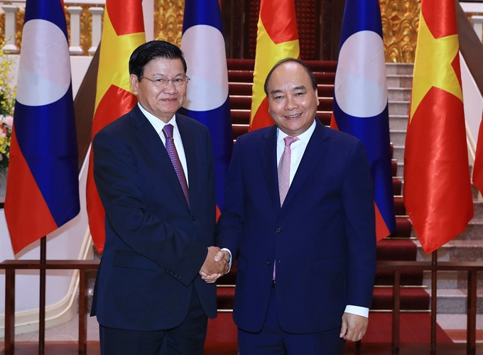 PM Nguyễn Xuân Phúc greets Lao counterpart on sidelines of WEF ASEAN