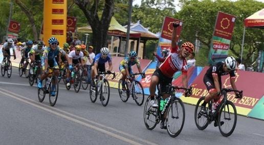 Duẩn wins stage Eerd wears yellow jersey