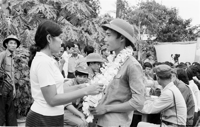 Voluntary troops showered with flowers
