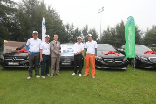 Bamboo Airways hands over awards to Hole in One winner
