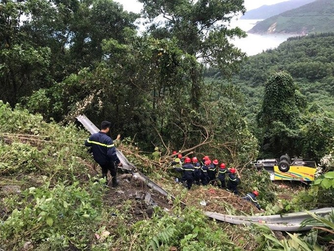 One dead after bus plunges off Hải Vân Pass