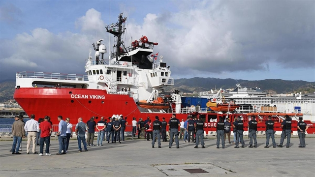 Italy allows migrants to disembark from rescue ship