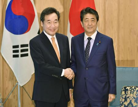 Abe meets with S. Korean prime minister amid frosty ties