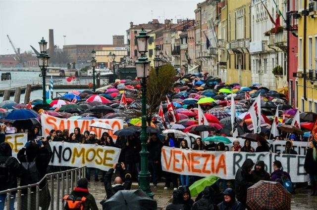 Venetians protest over flooding cruise ships