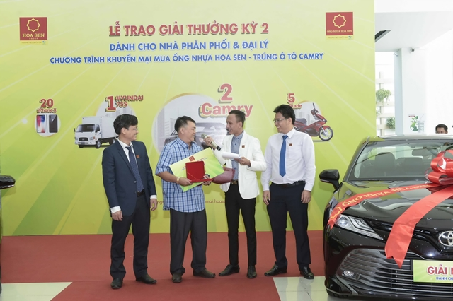 Hoa Sen presents lucky prizes to agents distributors