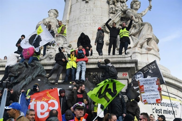 Hundreds of thousands protest in France over pension reform plans