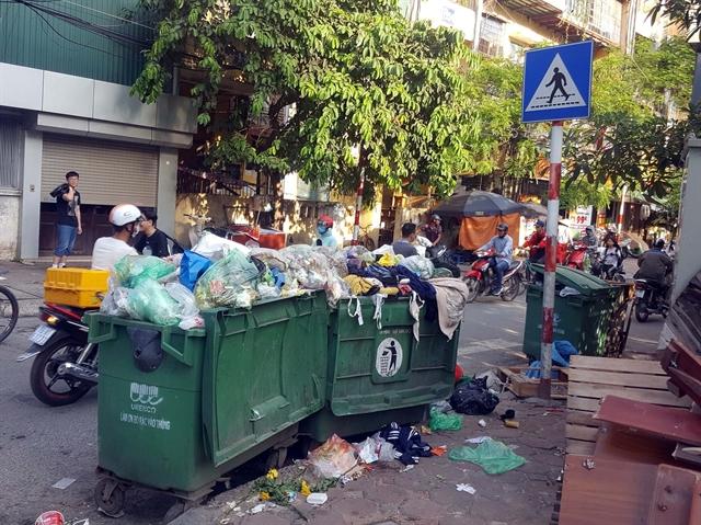 Residents block lorries transporting rubbish to Nam Sơn rubbish dump