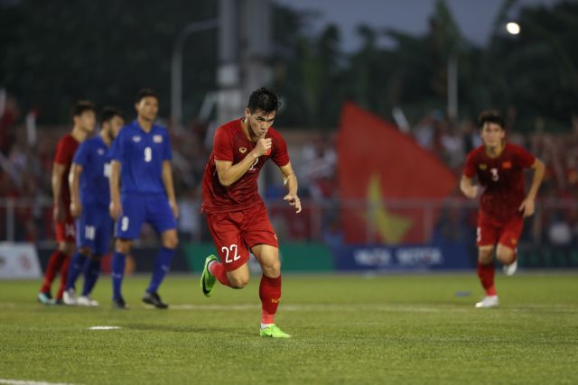 Việt Nam roar back to reach SEA Games semi-final