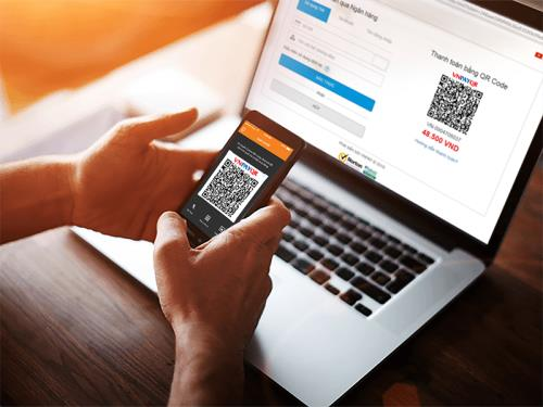 A customer makes payment by QR code for his order online. — VNA/VNS Photo
