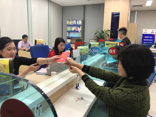 Banks offer lucky money to customers after Tết