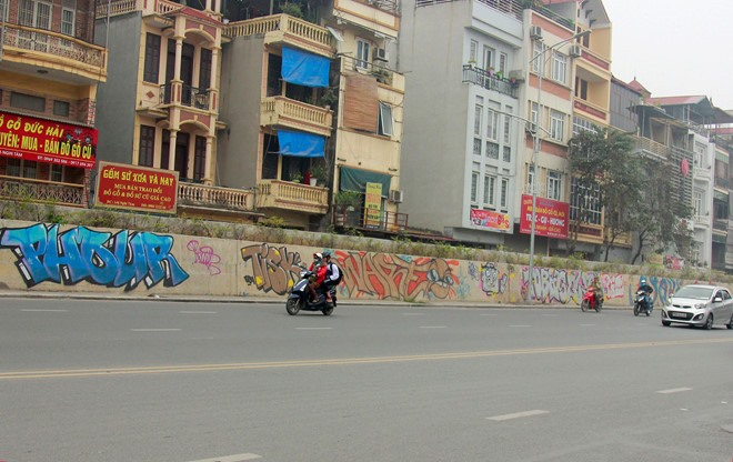 Tây Hồ District plagued by graffiti