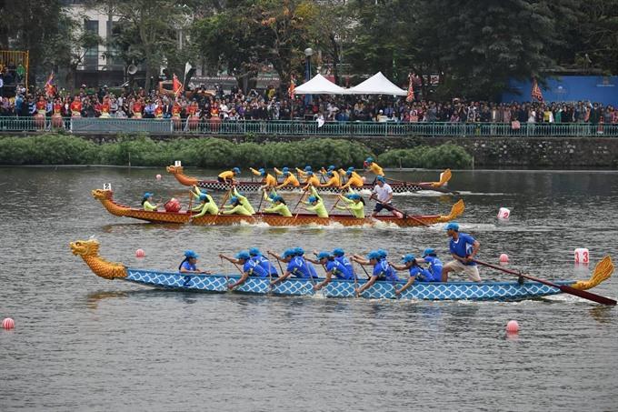 Hà Nội dragon boat race kicks off spring
