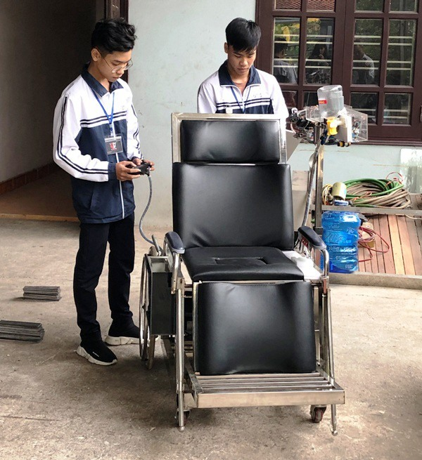 High school students design smart chair for the disabled